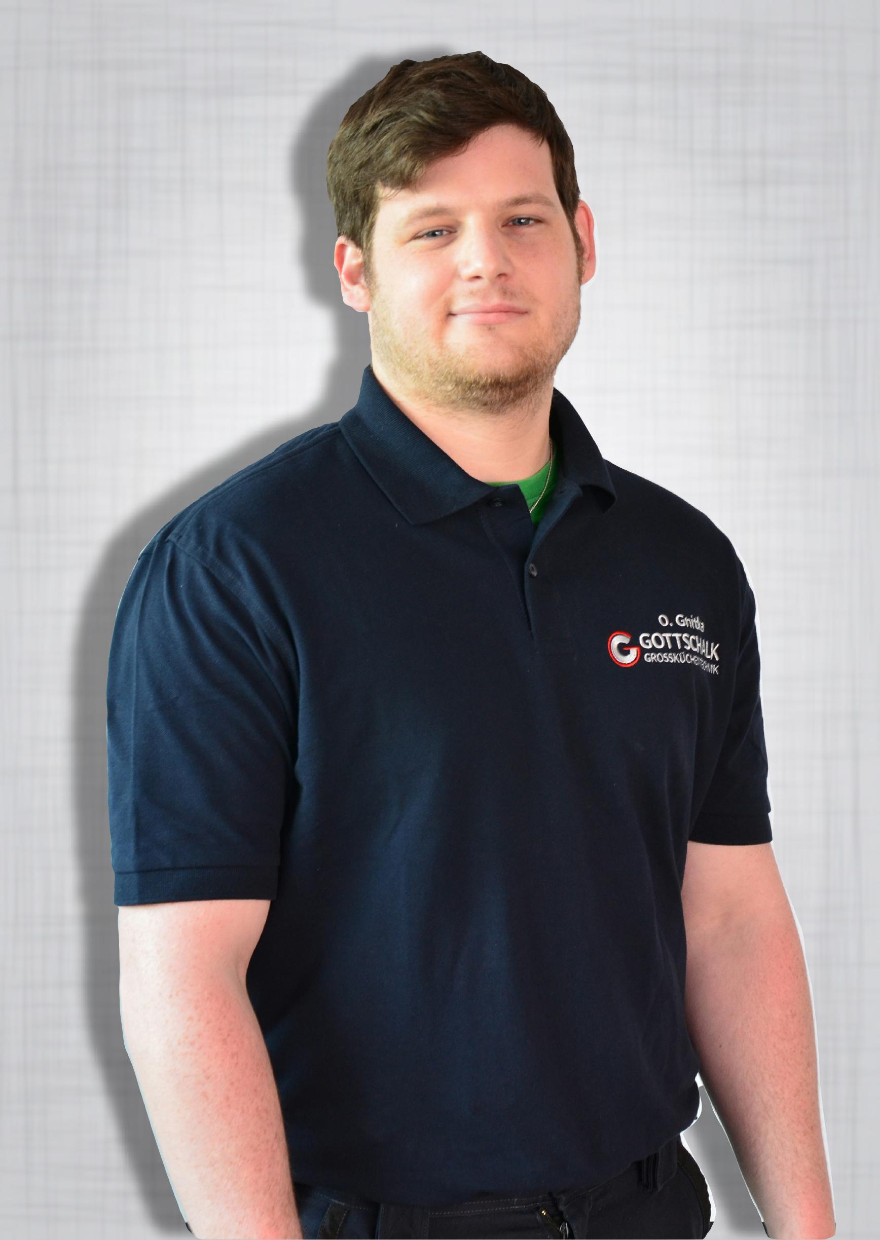 """Ole Gnitka verstärkt das Team seit 2015 als Servicetechniker. Sein Held aus Kindetagen ist Darkwing Duck. Und was sagt Darkwing zu den Bösen? """"Ich bin der Dosenöffner an der Sardinenbüchse der Gerechtigkeit!"""" Um seinem Helden noch ein Stück näher zu kommen beweist er in seiner Freizeit viel Weitblick beim Bogenschießen."""