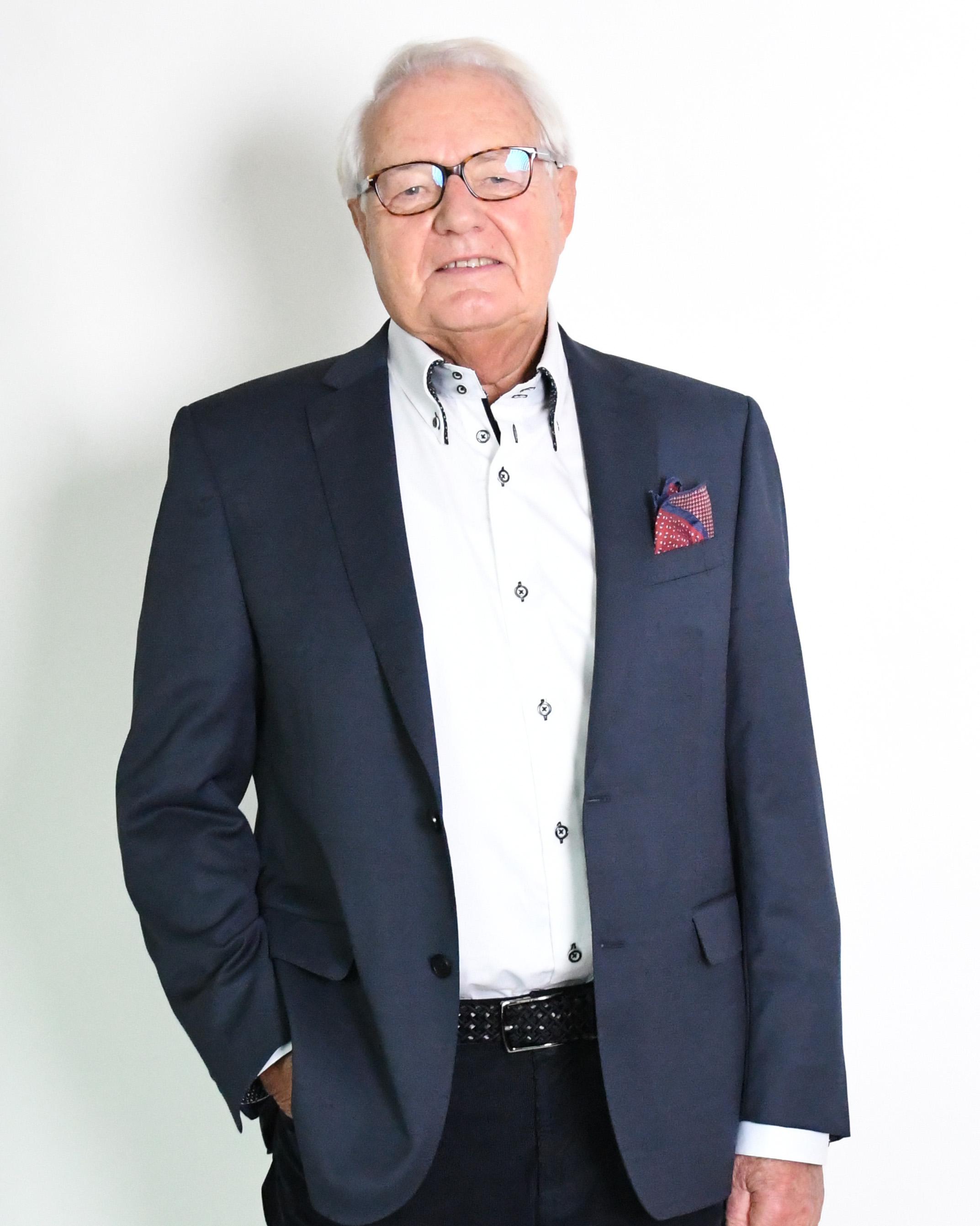 """Gerd Gottschalk ist seit der Unternehmensgründung 1972 kontinuierlich und zielstrebig mit dem Erfolg der Firma befasst. Er lebt den """"Hamburger Kaufmann"""" zu 100% und wird bei Unmöglichem als """"Wunderwaffe"""" eingesetzt. Zuhause fühlt er sich nur an der Elbe und auf dem Golfplatz. Seine persönlichen Helden sind die Mitglieder seiner Familie."""